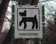 Hundezone - Eine Hundezone oder eine Hundeauslaufzone ist ein Bereich, in dem sich Hunde im öffentlichen Raum ohne Maulkorb und Leine aufhalten dürfen. Hundezonen sind eingezäunte Bereiche, in denen Hunde mit ihren Artgenossen ohne Aufsicht spielen können. Hundeauslaufzonen sind nicht eingezäunte Bereiche, in denen Hunde frei herumlaufen können.